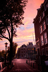 Over the top sunset in Amsterdam (lambertwm) Tags: pink light sunset holland amsterdam golden licht canal zonsondergang tramonto sonnenuntergang lumire nederland thenetherlands prdosol holanda kanal kanaal paysbas  luce niederlande gracht  kanalen puestadelsol coucherdusoleil   holandia  hollanda  pasesbajos nederlnderna  paesibassi    alankomaat   gne     wiatosoneczne