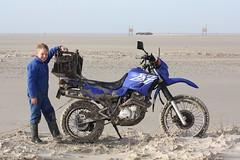 Vliehors - Vlieland - XT600e jutbrommer in het drijfzand (Dirk Bruin) Tags: xt vlieland sand stuck yamaha groningen vast quicksand drijfzand xt600e voertuig vliehors xt600 marnixbruin