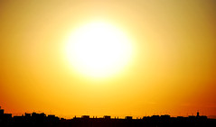 Al caer el sol IV (Ada Souriante) Tags: sun building luz sol valencia silhouette contraluz town photo edificios foto pueblo amarillo contraste silueta imagen aida rayos fotografa rebull aidarebull