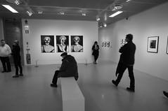 R0012261.JPG (Sigfrid Lundberg) Tags: people woman man bench sweden sverige artmuseum malmö moderna mand zm kvinde kvinna csonnart1550 zeiss50mmf15csonnarzm museumofmodernartmalmö mordernamuseetmalmö
