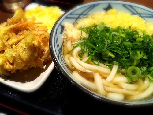 今日のランチはかけうどん大と野菜かきあげ、さつま天。¥590  #lunch