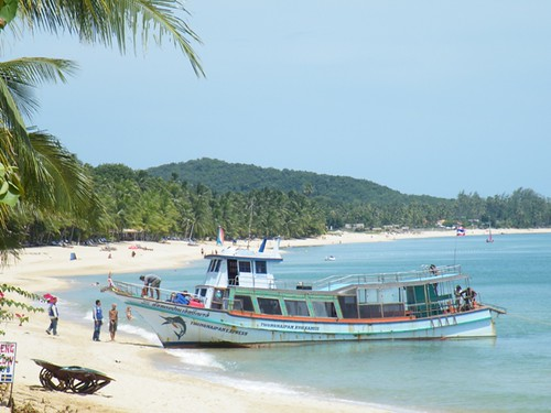 A small boat makes land, Mae Nam Beach, Ko Samui, Thailand