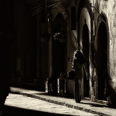 She blinded me with science (Fr@nk ) Tags: birthday bw italy sun lady backlight canon mono florence donna europe italia thomas front tuscany firenze rays backlit toscana lowkey rev dolby 2013 frnk mrtungsten62 httpswwwflickrcomphotosmrtungsten62