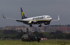 Ryanair aterrizando ante vehiculo del aeropuerto (Dawlad Ast) Tags: b espaa net fauna plane airplane airport spain day open aircraft may internacional international mayo boeing ryanair gen avion 737 sn adolfo suarez b737 737800 2016 spotter aeropueto lemd b738 33804 7378as pajarero eidcf