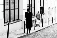 Qui va et qui vient dans la Rue Taylor. C'est le jouet de la vie - Doisneau 2012 (Paolo Pizzimenti) Tags: paris paolo olympus dxo zuiko jouet homme vie e5 jeune âgé ruetaylor filmargentique