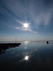 Ameland, strand bij Hollum. Een koude zon. (Stephan300) Tags: water natuur ameland nes lucht wad zon friesland landschap eiland ijs reflectie hollum ballum noorzee basaltstenen waddenzeerotsen lndschap