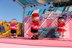 Love is in the Air, Charlie Brown Show (Castles, Capes & Clones) Tags: california lucy peanuts linus characters charliebrown buenapark knottsberryfarm campsnoopy lucyvanpelt linusvanpelt knottsberryfarmresort knottsresort campsnoopytheatre peanutscharactershow loveisintheaircharliebrown