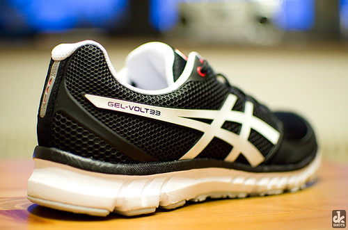 new white black men sports sport 35mm shoe nikon shoes natural bokeh 33 running mens asics athletes nikkor fitness runningshoes 2012 d7000 naturalrunning asicsgelvolt33 gelvolt gelvolt33