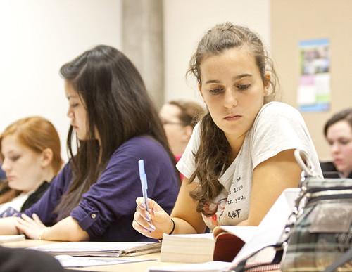 授業のノートをとる大学生