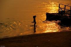 Dors et de lumiere (mariecdufour) Tags: asie laos soir enfant reflets mekong coucherdesoleil baignade 4000iles