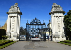 Lion Gate, Hampton Court Palace (Tony Worrall Foto) Tags: county city uk greatbritain england white london english gate stream tour open place lock south country capital columns entrance royal grand visit location tourist southern area through southeast hampton ornate update locked attraction liongate hamptoncourtpalace hamptoncourtroad