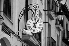 Controlando el tiempo (cmateosdeporras) Tags: street espaa white black clock de calle spain time hora reloj burgos tiempo aranda duero nikond5200