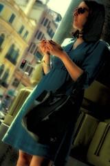 Pensando in ombra - Thinking in the shade - En pensant  l'ombre - Pensando a la sombra (COLINA PACO) Tags: portrait people urban girl chica retrato femme fille ritratto ragazza urbanpeople genteurbana