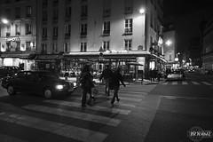 Ruas de Paris (rbpdesigner) Tags: bw paris streets slr cars car mercedes blackwhite frankreich europa europe ledefrance noiretblanc fineart frana pb voiture bn coche carro 5d autos francia  pretoebranco coches negre parijs pars trnsito ruas  parigi  pary parys   llens canoneos5d pedestres pariis canonllens parizo ruecroixdespetitschamps  lentel canonef1635mmf28liiusm velhomundo schwarzundweis  velhocontinente  pars pedestresnafaixa pedestresatravessandonafaixa