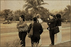 (navejo) Tags: sepia palms women cuba rod varadero 2009 waitingforthebus navejo cuba2009