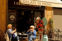 une institution en Italie : les glaciers (jean-marc losey) Tags: italia streetphotography lucca glaciers toscana toscane italie gelati lucques