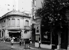 Cities / Ciudades (Claudio.Ar) Tags: street city people bw men topf25 argentina kids corner calle buenosaires women gente candid sony ciudad esquina dsc santelmo h9 robada claudiomufarrege