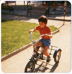 Yo en el circuito de aprendizaje de trnsito que haba en el parque Bustamante (Claudio Olivares Medina) Tags: chile santiago vintage yo nio providencia