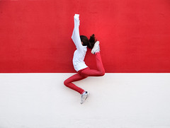 Atltica 2 (SANTI BAON) Tags: red white blanco girl athletic jump rojo colours happiness nia salto felicidad niez alegra atletica simetrical fsuro