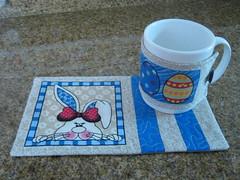 mug rug e caneca (Zion Artes por Silvana Dias) Tags: caf quilt pscoa patchwork coelho caneca xcara ch mugrug tapetedecaneca zionartes