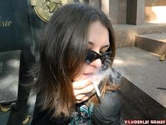 Passeio Fotogrfico com Danny (Vanderlei Gomes Fotografia :-]) Tags: woman eye female cat body smoke mulher young teen gato danny com gata garota cemitery passeio cigarro fotogrfico cemiterio gtic