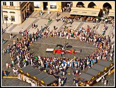 Disfrutando el espectculo (edomingo) Tags: gente praga fotocallejera em5 edomingo plazaciudadvieja olympusomdem5 mzuiko1250