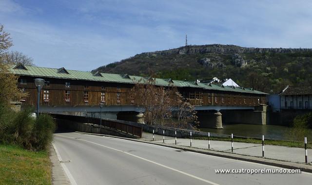 Vista del exterior del puente cubierto de Lovech