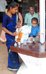 Snack (bokage) Tags: woman india train child railway kerala stattion
