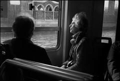 L1003242 Turista sul traghetto (Leica M8 Summicron 35mm pre-asph) (Paolo Aufieri) Tags: bw venezia leicam8 paoloaufieri
