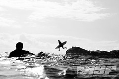 Atleta pulando das pedras de Snapper - Foto: ASP / Kirstin (Ricosurf) Tags: 3 march australia corona queensland newsouthwales coolangatta goldcoast snapperrocks rainbowbay superbank ricosurf ricosurfcom
