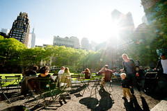 Bryant Park - New York (lambertwm) Tags: park nyc trees light shadow food newyork grass backlight licht cafe bomen picnic skyscrapers drink manhattan sunny lensflare flare gras backlit drinken relaxed bryantpark terras sunbathing eten donker chessplayers tegenlicht againstthelight zonnig zonnebaden shaduw schaakspelers