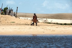 Vida na vila de pescadores (felipe sahd) Tags: woman brasil mulher maranho dunas mandacaru pescadora viladepescadores riopreguias scream0ftheph0t0grapher