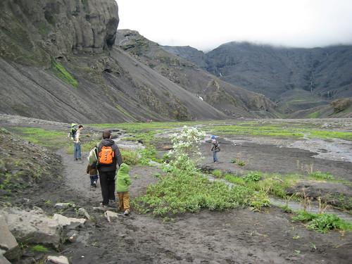 Camino de un baño en la piscina de Seljavellir - Islandia