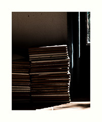 Luxe (hlne chantemerle) Tags: sol soleil lumire ombre reflet mur fentre rideau calme intrieur objets srnit empilement