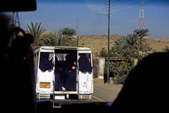 gypten 1999 (153) Busfahrt Assuan - Luxor (Rdiger Stehn) Tags: winter analog 35mm leute urlaub egypt slide dia 1999 scan afrika gypten 1990s canoneos500n nordafrika analogfilm kleinbild canoscan8800f kbfilm 1990er obergypten sdgypten mneschen diapositivfilm aad