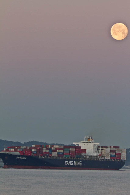 san-francisco-ca-treasure-island-2012-03-09-moon-set-ship-container-yang-ming-v-2