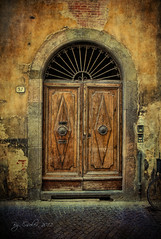 Una puerta de Lucca (osolev) Tags: door italy puerta europa europe italia lucca tuscany porta porte portal toscana italie textured ltytrx5 a3b osolev magicunicornverybest magicunicornmasterpiece extraordinarilyimpressive