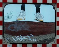 Bodenhaftung (niedersachsenfoto) Tags: graffiti wand spiegel spiegelbild oldenburg turnschuhe sportschuhe niedersachsenfoto