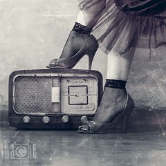 Video killed the radio star (Carmen Hache) Tags: old texture textura feet radio vintage square shoes retro pies gettyimages tacn 2470mmf28l formatocuadrado conmsicamuchomejor