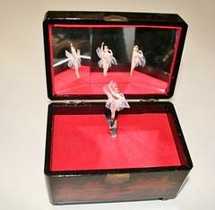 Carillon scatola legno giapponese (Mercante di Stelle Snc) Tags: ceramica vintage ballerina scatola firma antico carillon giapponese oro vetro gioielli dipinto cristalo artigianale porcellana coperchio portagioie fattaamano zecchino firmata