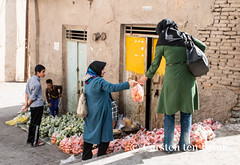 Shiraz street life - the orange purchase (10b travelling) Tags: street orange fruit bag persian asia asien iran middleeast streetphotography persia shiraz asie iranian purchase seller handing 2014 neareast moyenorient naherosten mittlererosten tenbrink carstentenbrink westernasia iptcbasic 10btravelling
