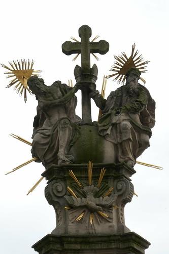 Trójca Święta koronująca Marię na pomniku Trójcy Świętej (1739-42, Klahr Starszy) w Lądku Zdroju