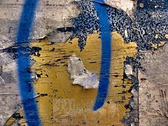 desvio para o azul #2... (bruce grant) Tags: tag cartazes obras tapume rasgados