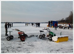 * (Dit is Suzanne) Tags: lake netherlands meer iceskating nederland paterswoldsemeer schaatsen haren  toertocht natuurijs sneeuwschuiver paterswoldermeer views150 ditissuzanne  borstelmachine   samsunggalaxygio 11022012 201202111653schaatsen schuifmachine