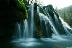 Vue sur le coté  de la cascade des tufs des planches près d'Arbois (francky25) Tags: de la des jura le sur cascade vue coté planches tufs jur tuf près comté franche nd64 darbois