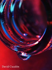 Colors and drops (David Cucaln) Tags: blue red macro art water colors azul 35mm luces bottle rojo agua fineart olympus drop gota botella llums ligths e510 cucalon davidcucalon