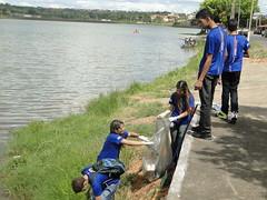 Jovens Aprendizes do Senac recolhendo o lixo jogado dentro da lagoa da Pampulha, em Montes Claros (FATOS & PERSONAGENS) Tags: gua e coleta seletiva