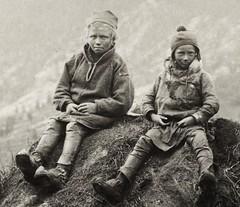 Samiske gutter p taket til ei gamme (saamiblog) Tags: sweden hut sverige turf sami saami gamme samisk