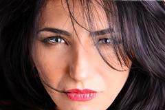 Els ulls de la Ioana (Albert Sarola) Tags: portrait black girl face canon hair chica view retrato flash negro cara estudio greeneyes ojosverdes labios tamron mirada noia negre cabello retrat cabell estudi rumana llavis ruman lavios canon450 canon450d ullsverds tamron18250 fotografiadeestudio sarola albertsarola romanesa