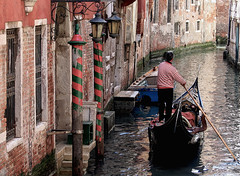 Rayures vnitiennes (jjcordier) Tags: canal venise italie gondolier rayure